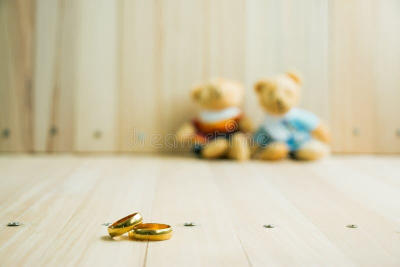 Casandose y dedique el anillo, osos del abrazo en amor imagen de archivo