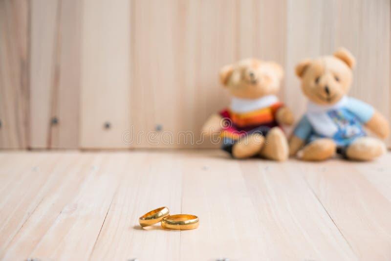 Casandose y dedique el anillo, osos del abrazo en amor fotos de archivo