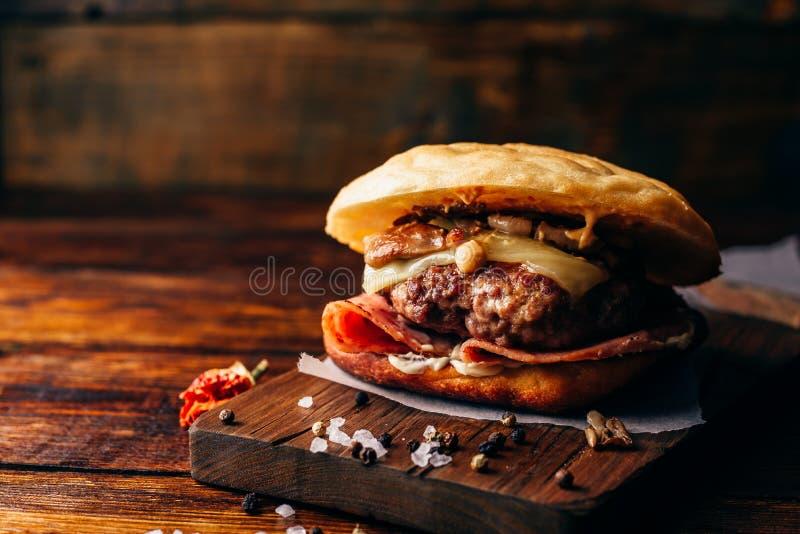 Casanova Burger sul tagliere fotografie stock libere da diritti