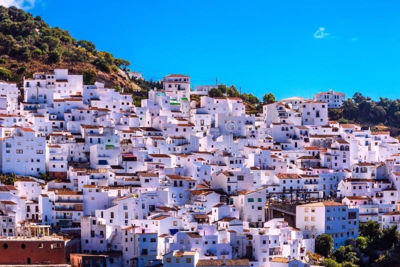 Casares Малага, белая деревня в андалузских горах, Испания стоковое фото rf