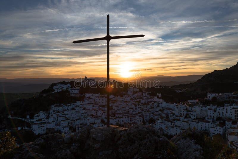 Casares by, Spanien, på solnedgången royaltyfria bilder