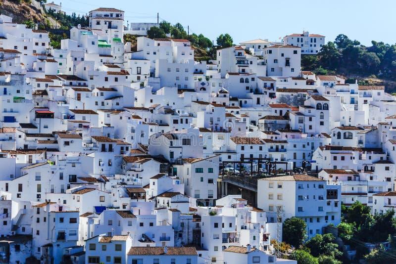 Casares vit by i Andalusian berg, Spanien arkivbilder