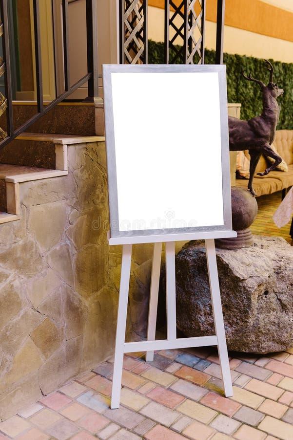 Casarse al tablero de madera con una lista de la huésped cerca de las escaleras fotos de archivo libres de regalías