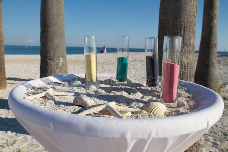 Casarse ceremonia de la arena en una playa imágenes de archivo libres de regalías