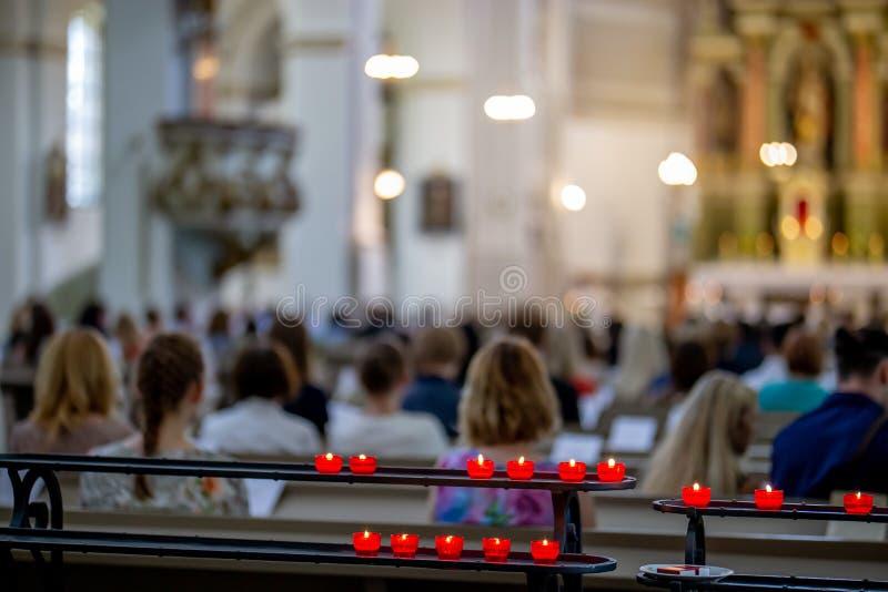 Casarse ceremonia de matrimonio en iglesia fotos de archivo libres de regalías