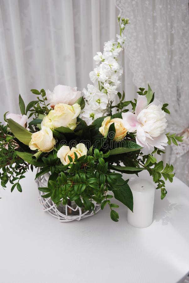 Casarse el arreglo floral Aún vida colorida con las rosas en el florero de cristal con el fondo blanco Decoración de la tabla del fotografía de archivo