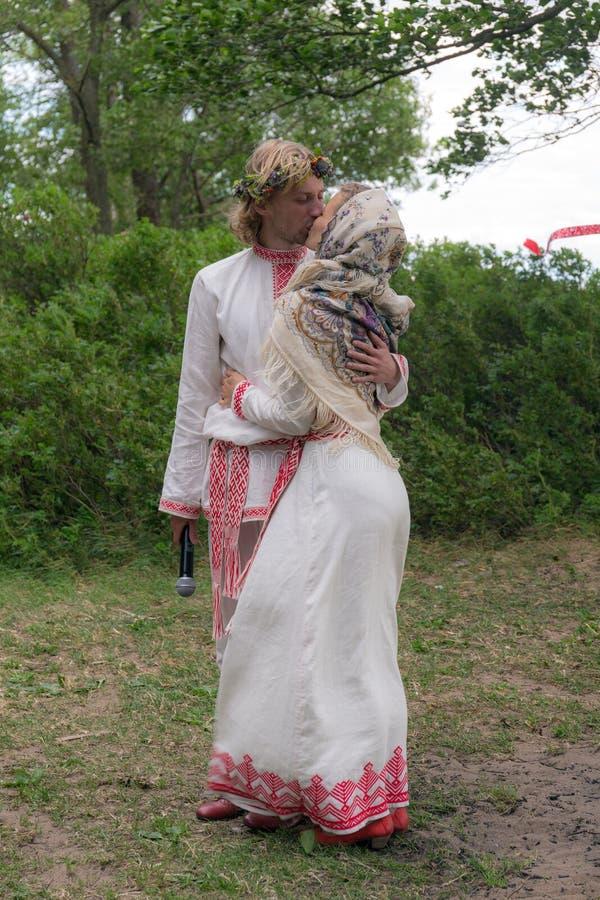 Casarse el beso para los recienes casados imagen de archivo