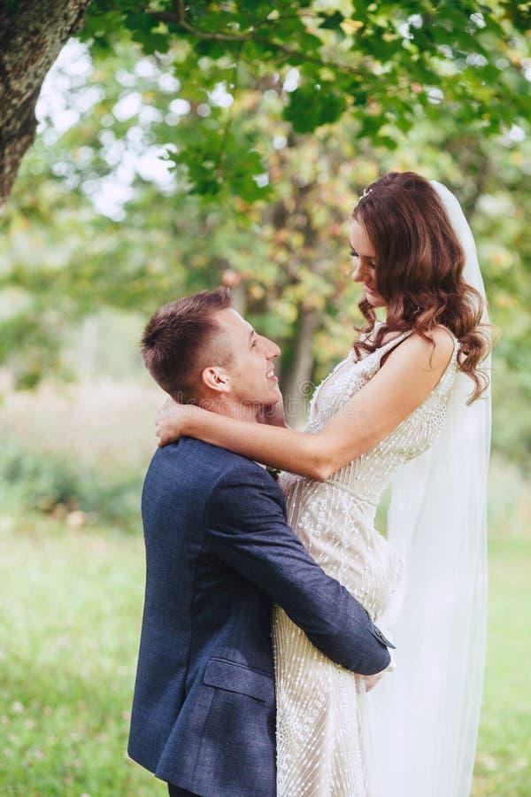 Casarse el paseo en la naturaleza Novia y novio felices después de la ceremonia de boda fotos de archivo libres de regalías