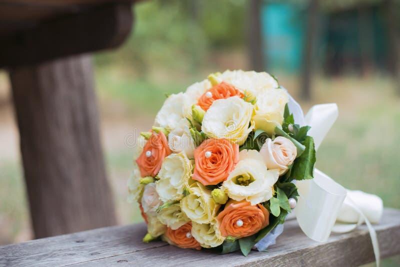 Casarse el ramo de la novia de rosas del rosa y blancas de las flores Fondo de la boda imagen de archivo libre de regalías