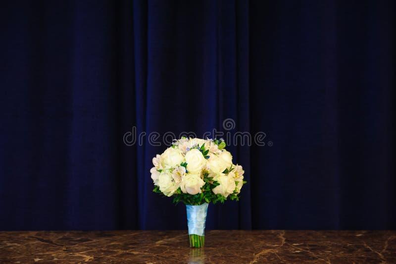 Casarse el ramo de rosas en una tabla del granito imagenes de archivo