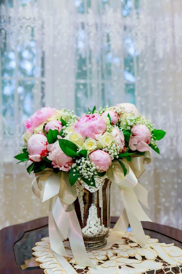 casarse el ramo nupcial con las orquídeas blancas, las margaritas y las bayas rojas imagenes de archivo