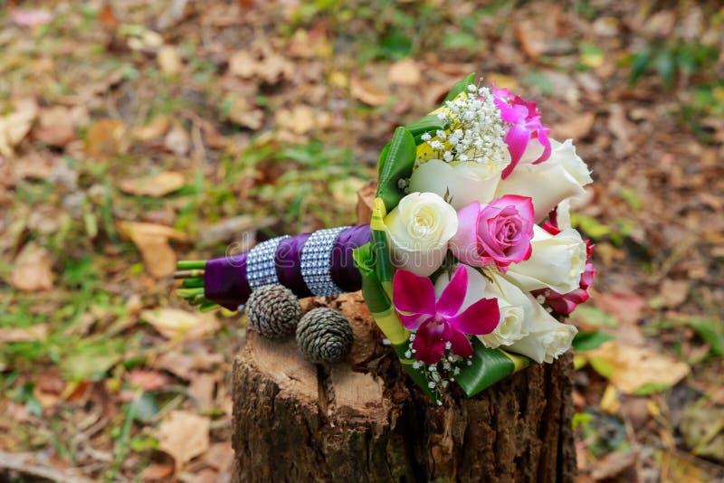 casarse el ramo nupcial con las orquídeas blancas, rosas, bayas rojas fotos de archivo