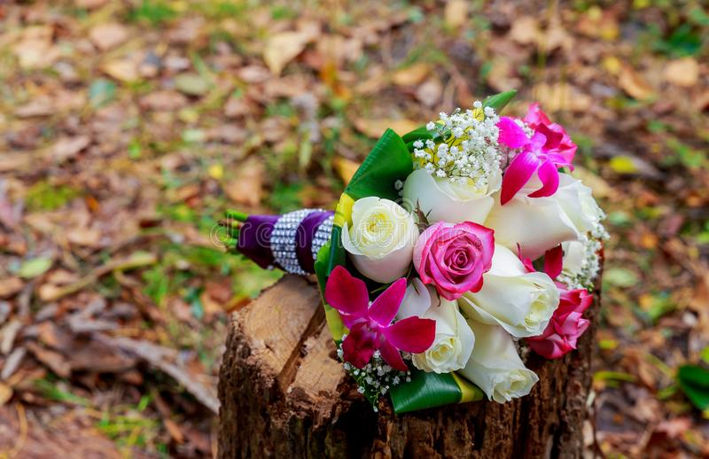 Casarse el ramo nupcial de rosas foto de archivo