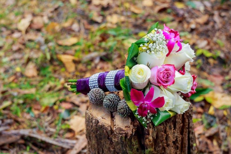 Casarse el ramo nupcial de rosas imagen de archivo libre de regalías