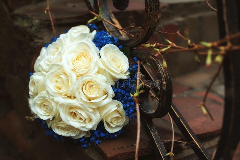 Casarse el ramo y el vidrio con champ?n en las manos de la novia, David Austin Ramo con estilo Ramo de rosas p?rpuras, poner crem fotos de archivo libres de regalías