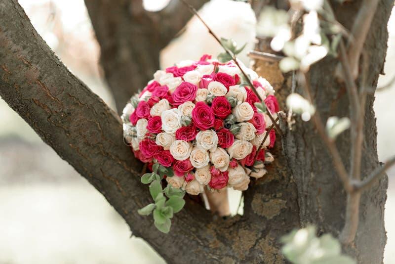 Casarse el ramo y el vidrio con champ?n en las manos de la novia, David Austin Ramo con estilo Ramo de rosas p?rpuras, poner crem foto de archivo libre de regalías