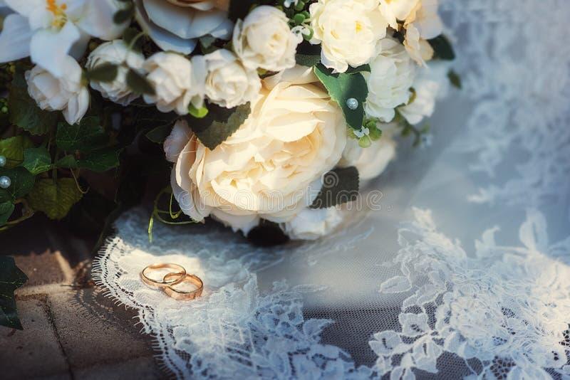 Casarse el ramo y el vidrio con champ?n en las manos de la novia, David Austin Ramo con estilo Ramo de rosas p?rpuras, poner crem imagen de archivo
