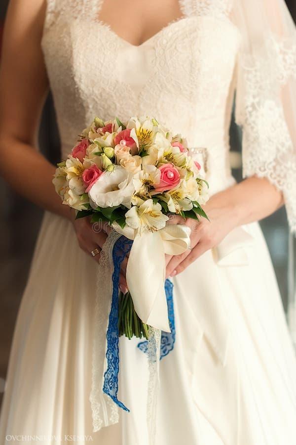 Casarse el ramo y el vidrio con champ?n en las manos de la novia, David Austin Ramo con estilo Ramo de rosas p?rpuras, poner crem imagenes de archivo
