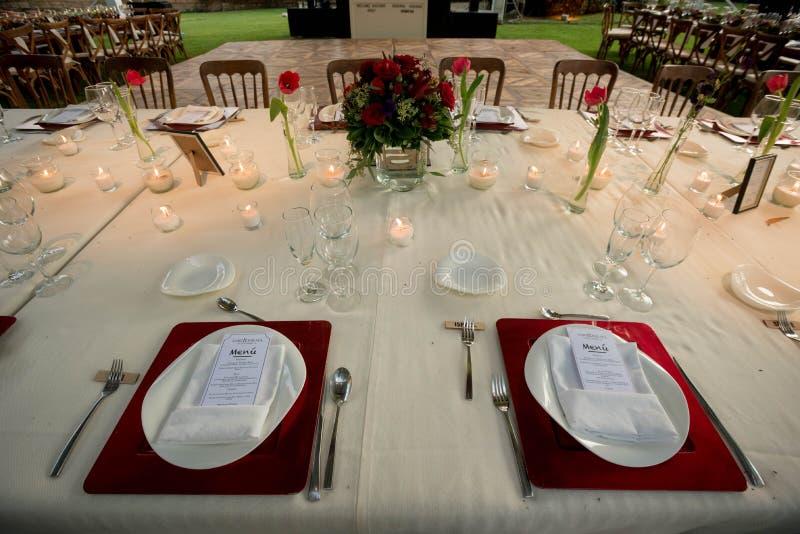Casarse ideas de la decoración de la tabla con las velas y la pieza central natural de las flores fotografía de archivo