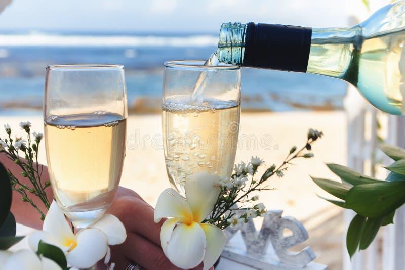 Casarse la botella de champán y de vidrios el día del matrimonio imagen de archivo libre de regalías