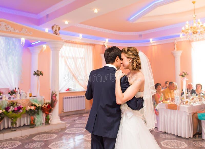 Casarse la danza de la novia y del novio imagenes de archivo