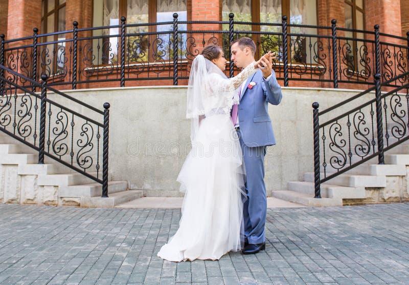 Casarse la danza de la novia y del novio imagen de archivo libre de regalías