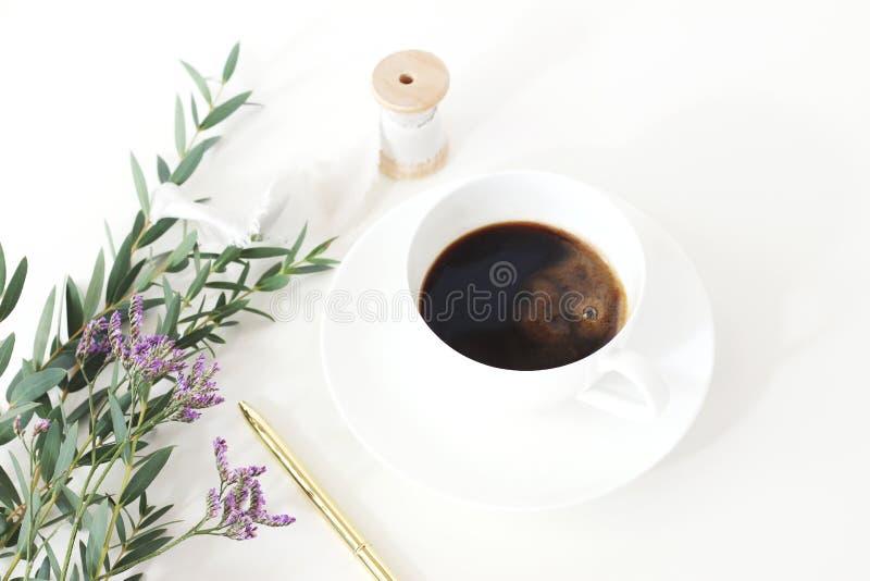 Casarse la foto común diseñada La vida del desayuno todavía con el eucalipto se va, limonium, flores del Gypsophila de la respira fotografía de archivo libre de regalías