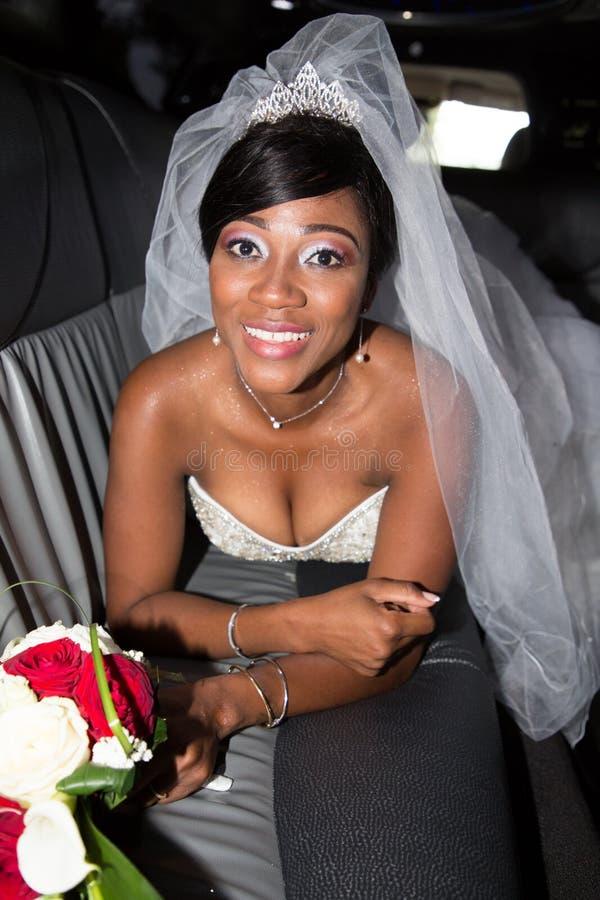 Casarse a la novia americana negra que miente en la limusina de lujo fotos de archivo