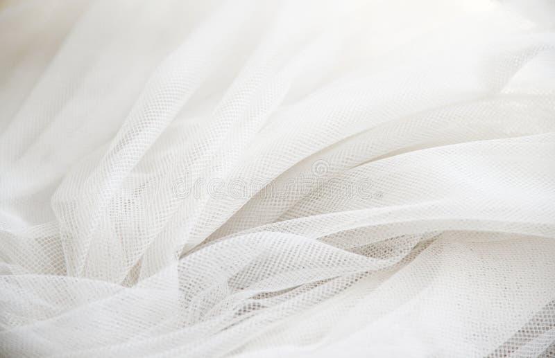 Casarse la tela transparente de seda blanca Fondo suave abstracto de la textura de la gasa Gasa blanca suave con la curva y la on fotos de archivo libres de regalías
