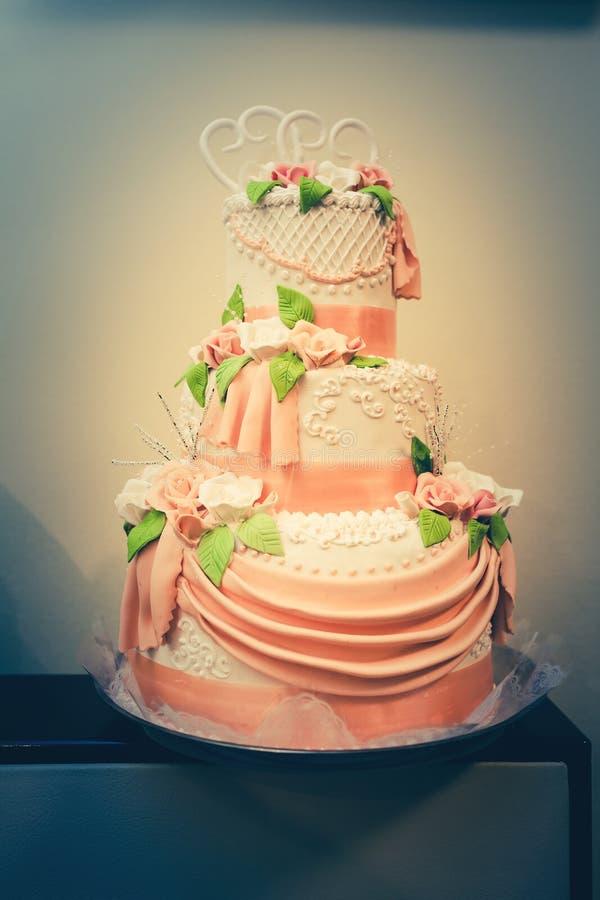 Casarse la torta colorida fotos de archivo