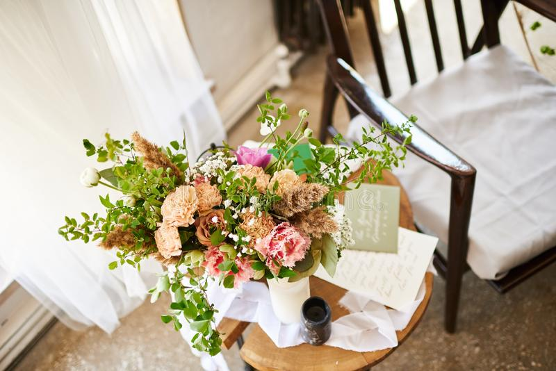 Casarse los accesorios que se casan de la novia Flor, decoración y silla foto de archivo