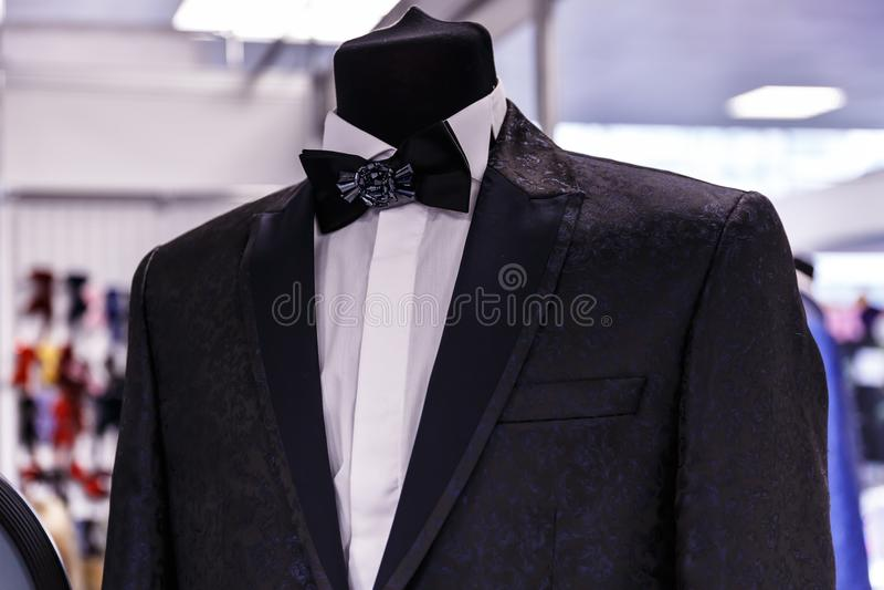 Casarse los trajes para hombre en tienda de la boda foto de archivo libre de regalías