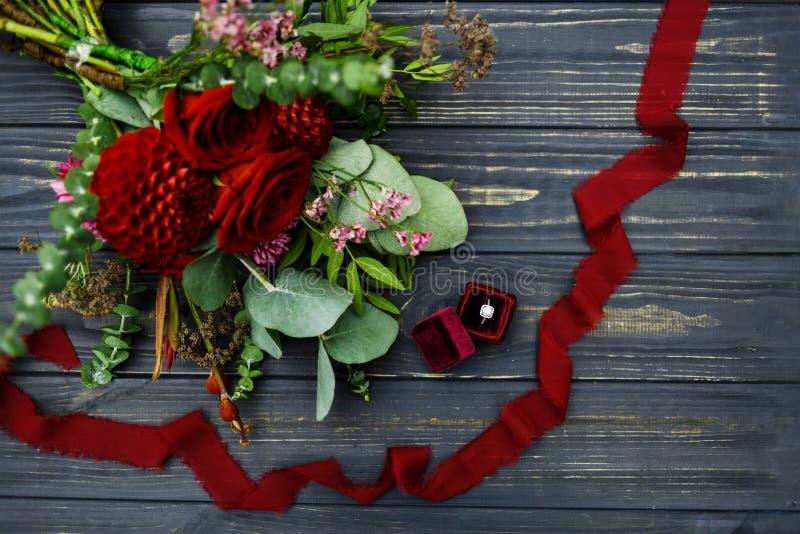Casarse oferta con las rosas y el anillo de bodas fotografía de archivo libre de regalías