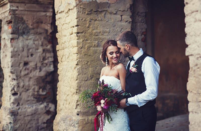 Casarse pares al aire libre se está abrazando imagen de archivo