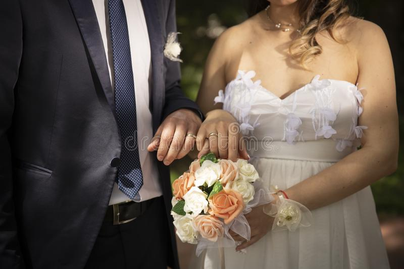 Casarse pares del tiempo de recienes casados imagenes de archivo