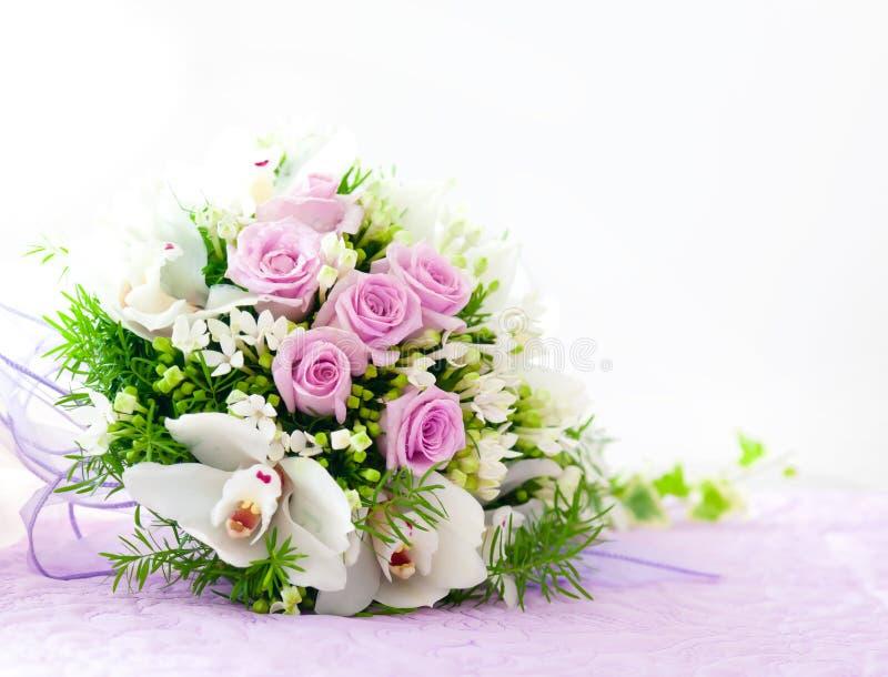 Casarse rosas rosadas y el ramo blanco de la orquídea fotografía de archivo