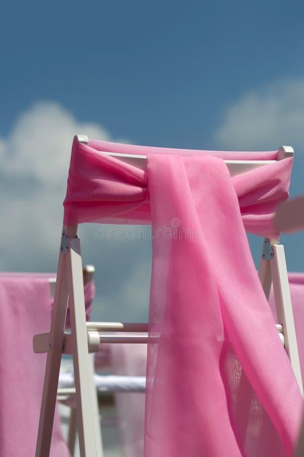 Casarse sillas con los arcos rosados foto de archivo libre de regalías