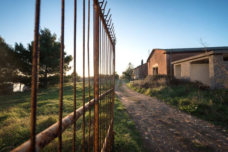 Download Casas Abandonadas Con La Puerta Abierta Grande Imagen de archivo - Imagen de abandonado, casa: 100531305