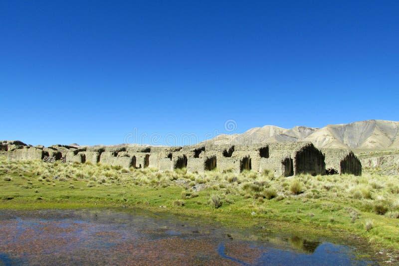 Casas abandonadas de la granja en el valle de la montaña fotos de archivo libres de regalías