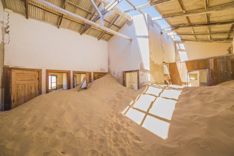 Casas abandonadas em Kolmanskop, Namíbia imagem de stock
