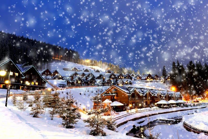 Casas adornadas y encendidas para la Navidad imagenes de archivo