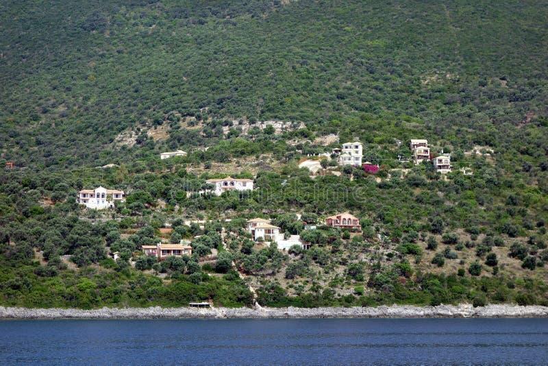 Casas aglomeradas em Olive Grove, ilha grega de Lefkada, Grécia fotografia de stock royalty free