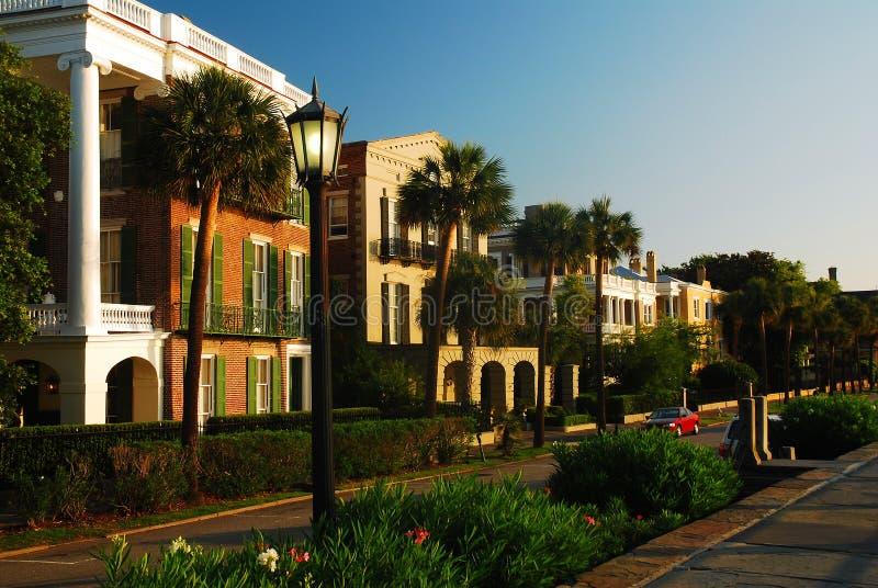 Casas Antebellum ao longo da margem em Charleston, SC imagem de stock royalty free