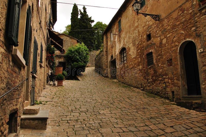 Casas antiguas de la calle en Volterra, Toscana, Italia fotos de archivo