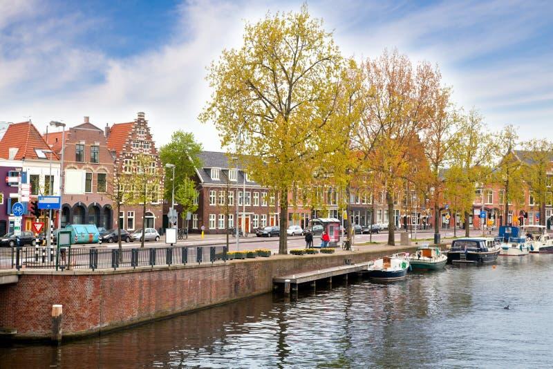 Casas antiguas y el canal de Haarlem imagen de archivo