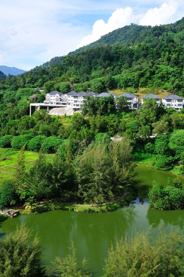 Casas ao lado de um lago imagem de stock royalty free