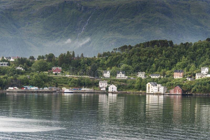 Casas ao longo da costa Alesund exterior Noruega fotografia de stock royalty free