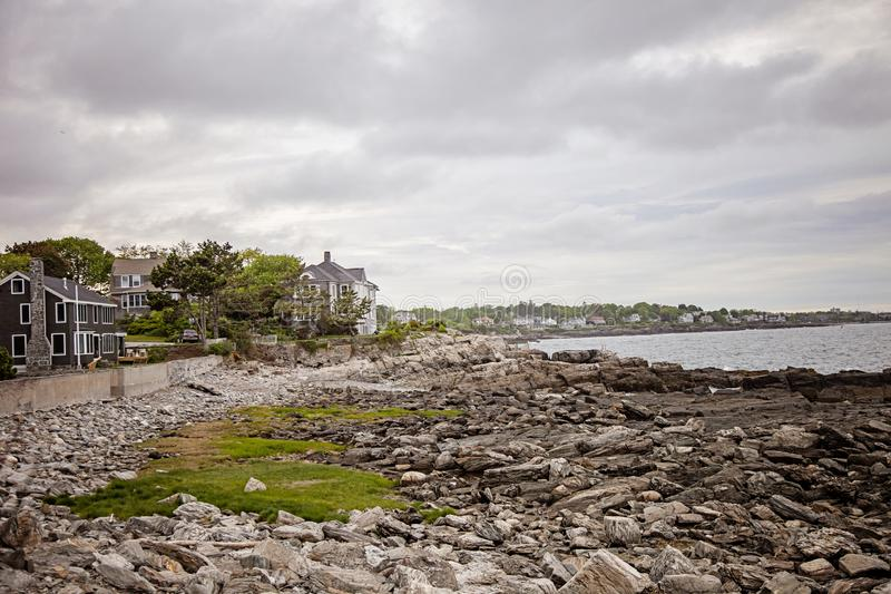 Casas ao longo da costa rochosa de Maine perto de Portland imagem de stock royalty free