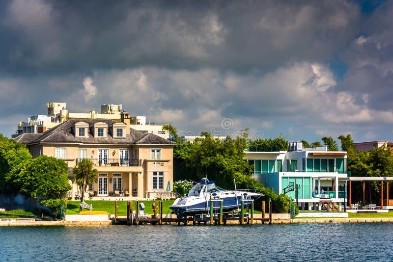 Casas ao longo de Collins Canal, em Miami Beach, Florida fotos de stock