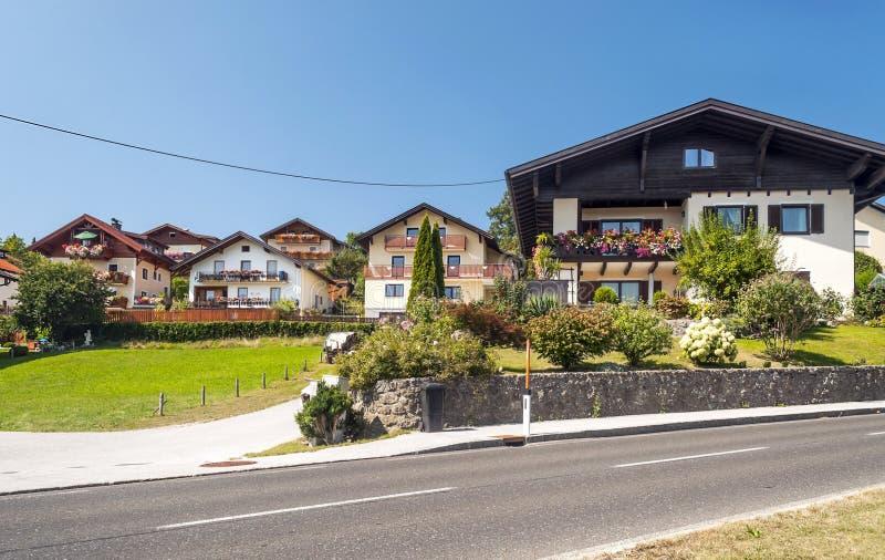 Casas ao longo de uma estrada imagem de stock royalty free